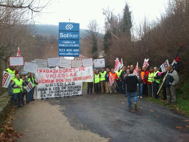 trabajadores de unisolar manifestánsose a las puertas de la fabri