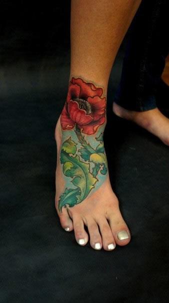 Tatuagens femininas nos pés rosa
