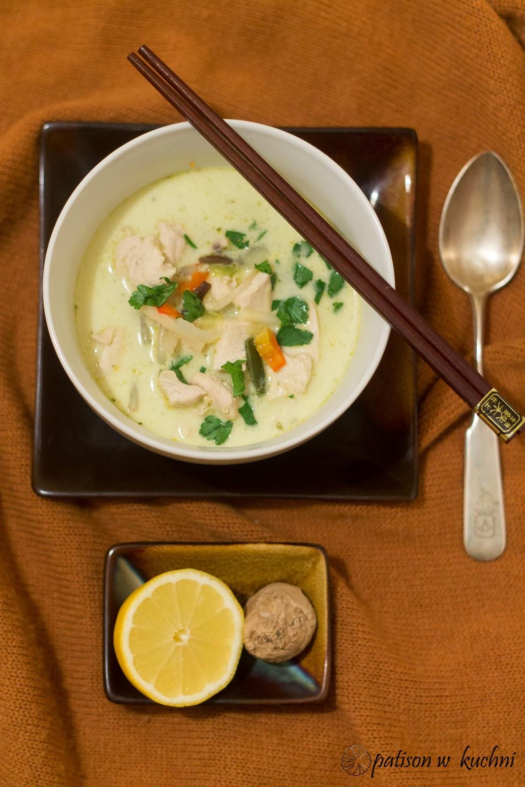 Tajska zupa z kurczakiem i mleczkiem kokosowym.