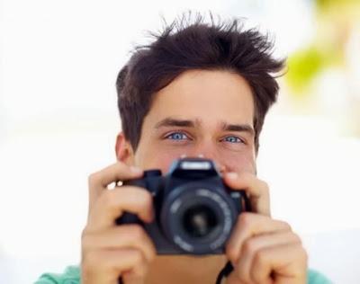 """Hacer fotografías para acordarse de algo puede paradójicamente conducir al resultado inverso y facilitar el olvido, revela un estudio estadounidense publicado en la revista Psychological Science. Según esta investigación, las personas que toman fotos de objetos durante la visita a un museo tienen menos posibilidades de recordar detalles de ese objeto que las que simplemente las observan con atención. """"La gente extrae sus aparatos fotográficos con tal rapidez, casi sin pensar, con el fin de capturar un momento, que olvida lo que sucede ante sus ojos"""", subraya Linda Henkel, de la Fairfield University, autora del estudio. En un museo, Henkel"""