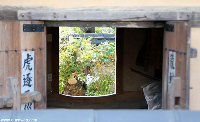 Viendo a través de la ventana de un hanok