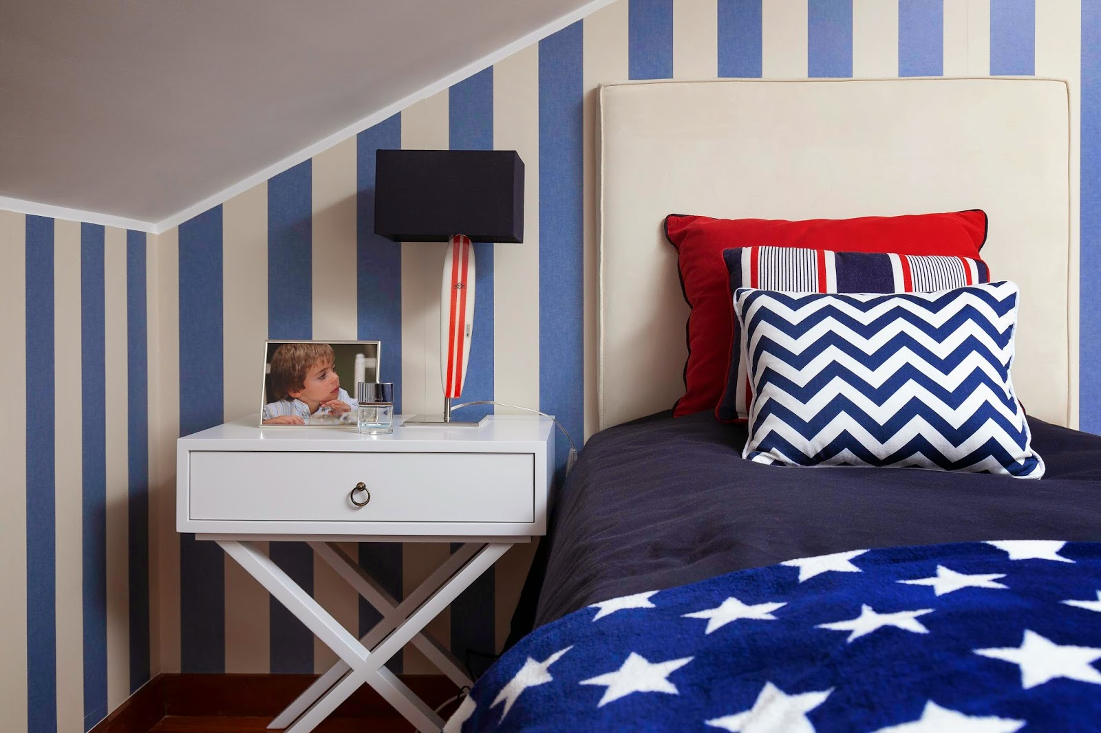 teen boy bedroom_surf in usa_blue and red by Ines Pereira @ perfect home