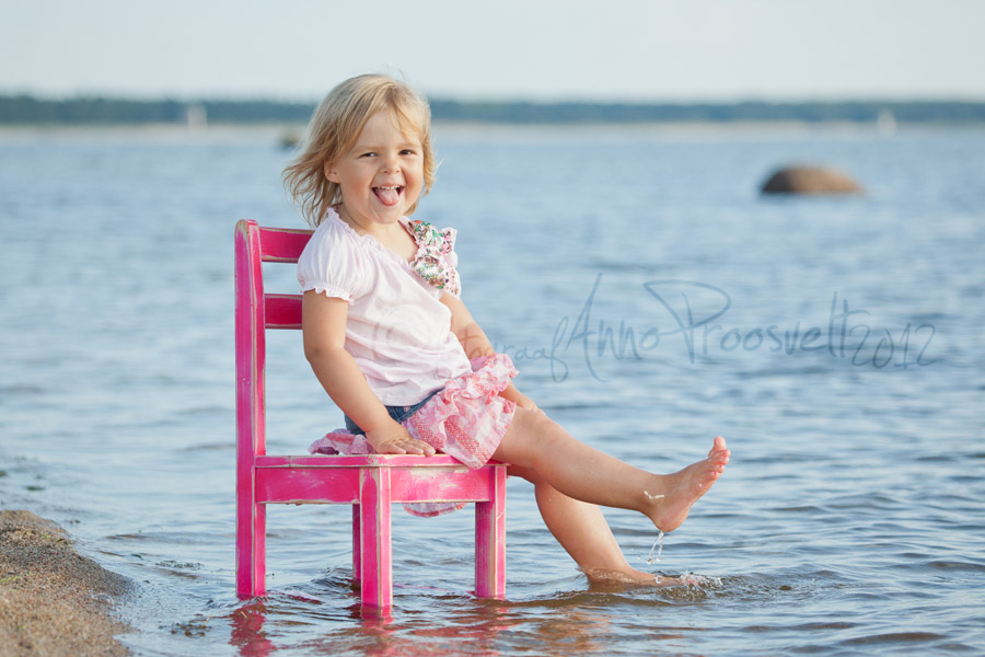 tydruk-istub-toolil-rannas