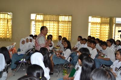 Direktur Utama PT Pupuk Kujang Bambang Tjahjono mengajar di SMAN 1 Salatiga