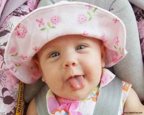 Image bébé drôle qui tire la langue