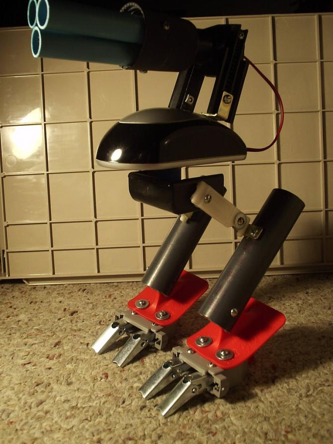 Un robot reciclado con apariencia y articulaciones animales, hecho