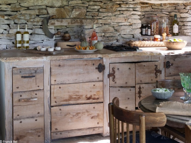 Lunch latte a rustic country house in the plateau des for Brocante meuble