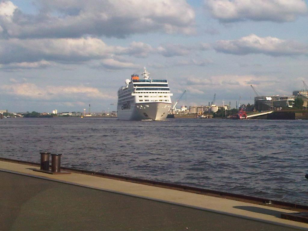 Columbus 2 verlässt den Hamburger Hafen an den Landungsbrücken mit vielen Menschen an Bord.
