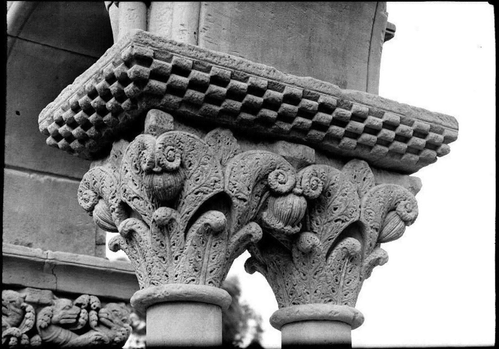 Capitel con hojas de helecho yuxtapuestas