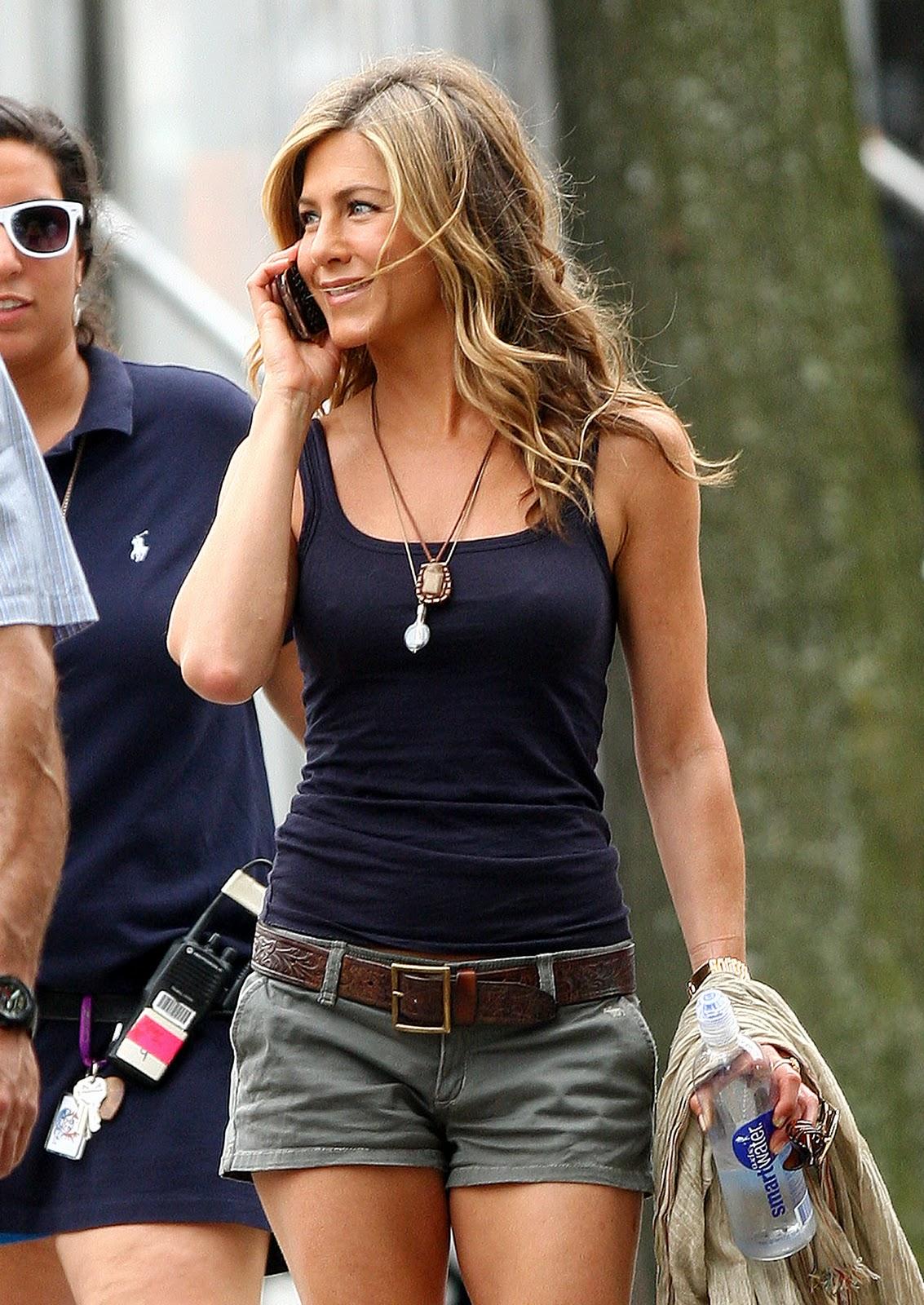 http://1.bp.blogspot.com/-ez6iq5W68Z4/Trly51W83KI/AAAAAAAAAJk/j9EDVMeBBiw/s1600/jennifer-aniston-green-shorts.jpg