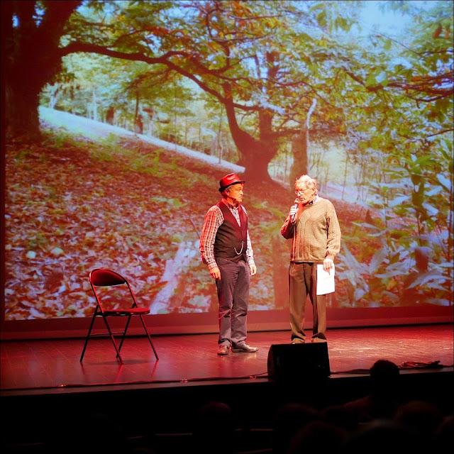 Albert Poulain présente un candidat au concours de contes