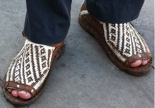Homem usando sandálias de couro tradicionais - Pés Masculinos - Huaraches Tradicionais