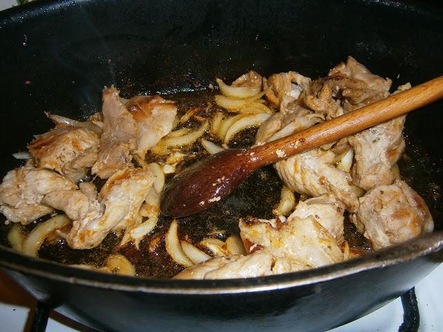 Gulasz wieprzowy, podsmażanie mięsa z cebulą, mięso na gulasz