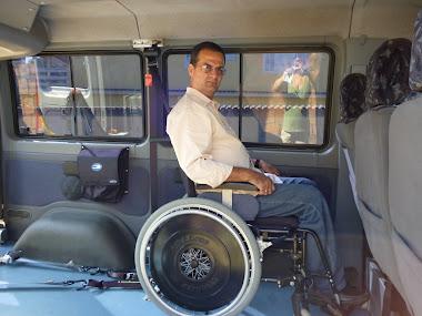 Área interna para 3 cadeiras de rodas ou 4 cadeiras de rodas, com espaço para manobra.