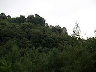 Zoom al cim del Castell de Roset des de la Casa del Castell de Roset