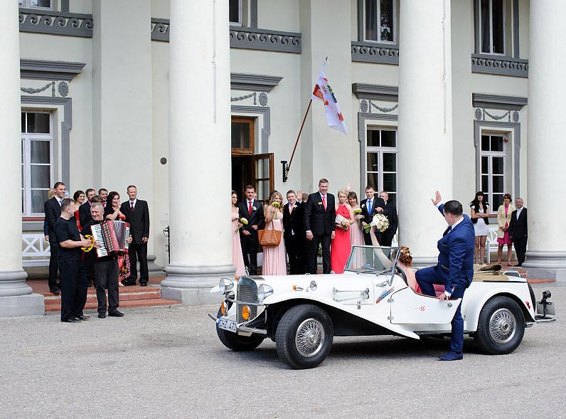 senovinis baltas vestuvinis automobilis