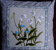 Poduszka z niebieskimi kwiatami