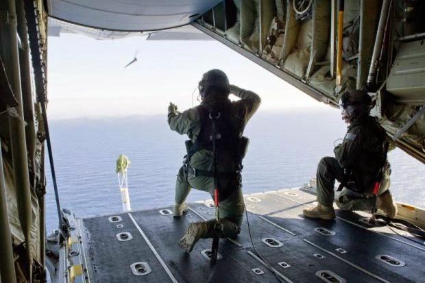 Sebahagian daripada pasukan Tentera Udara Diraja Australia bersedia untuk melakukan operasi carian dari pesawat Hercules C-130J di selatan Lautan Hindi, Jumaat.