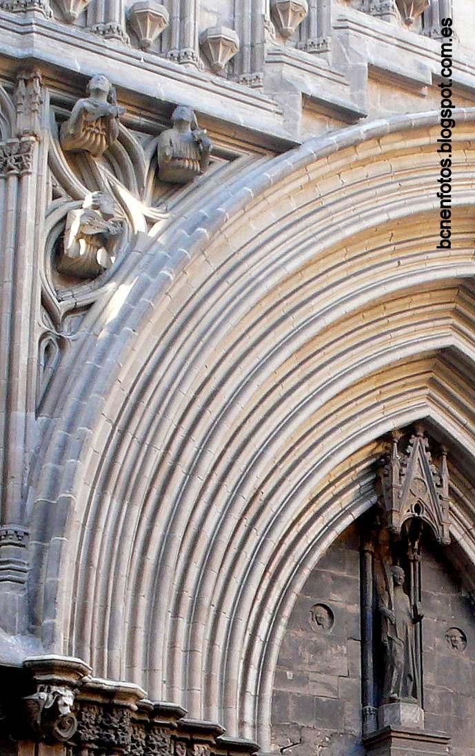 Mi barcelona la catedral de barcelona i historia y for Las puertas de piedra amazon