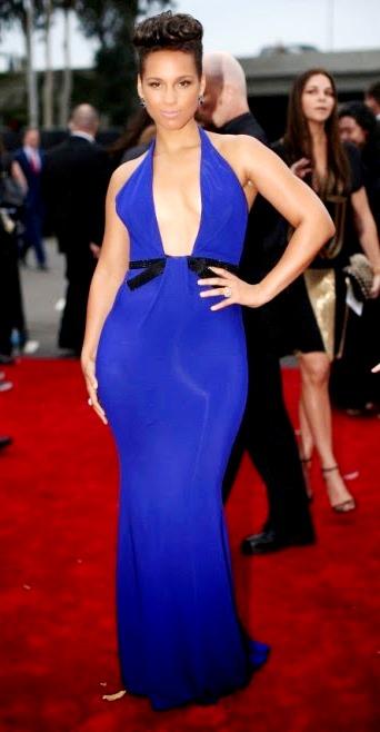 Alicia Keys elegante con vestido azul