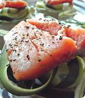Ryba zapiekana z cukinią i porem oraz sosem śmietanowym