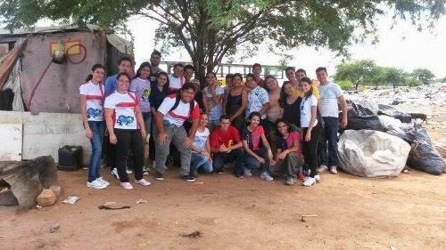 Juventude Missionária evangeliza e faz doações as pessoas no lixão