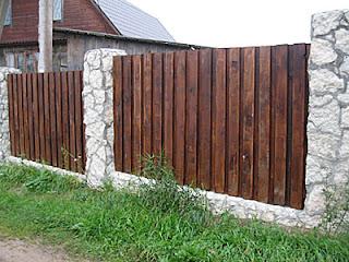 Деревянный забор с кирпичными столбами. Фото 5
