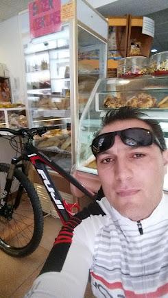 Dsifrutando de la bici y reponiendo fuerzas