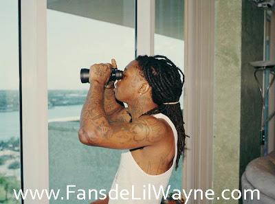 Foto de Lil Wayne en su casa observando con unos prismaticos