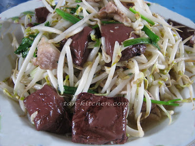 bean sprouts with brewed bean curd (tua ngok pad leuat mou)