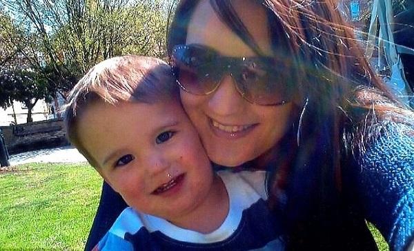 Claire Barnet, bersama anaknya, Joshua Barnett