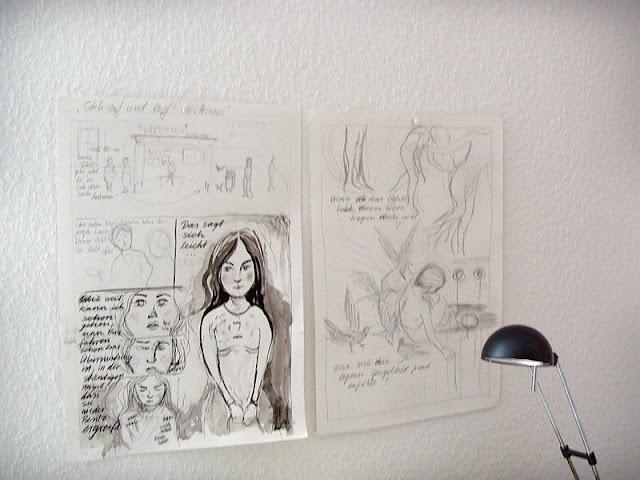 Über dem Schreibtisch aufgehängte Skizzen