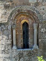 Detall de la finestra ornamentada de l'absis principal, fruit de la restauració de l'any 1970