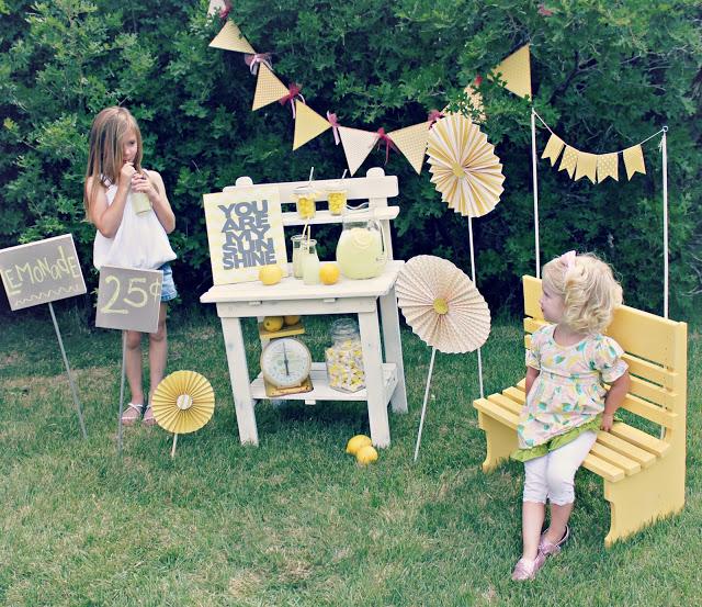 Puesto de limonada y abanicos