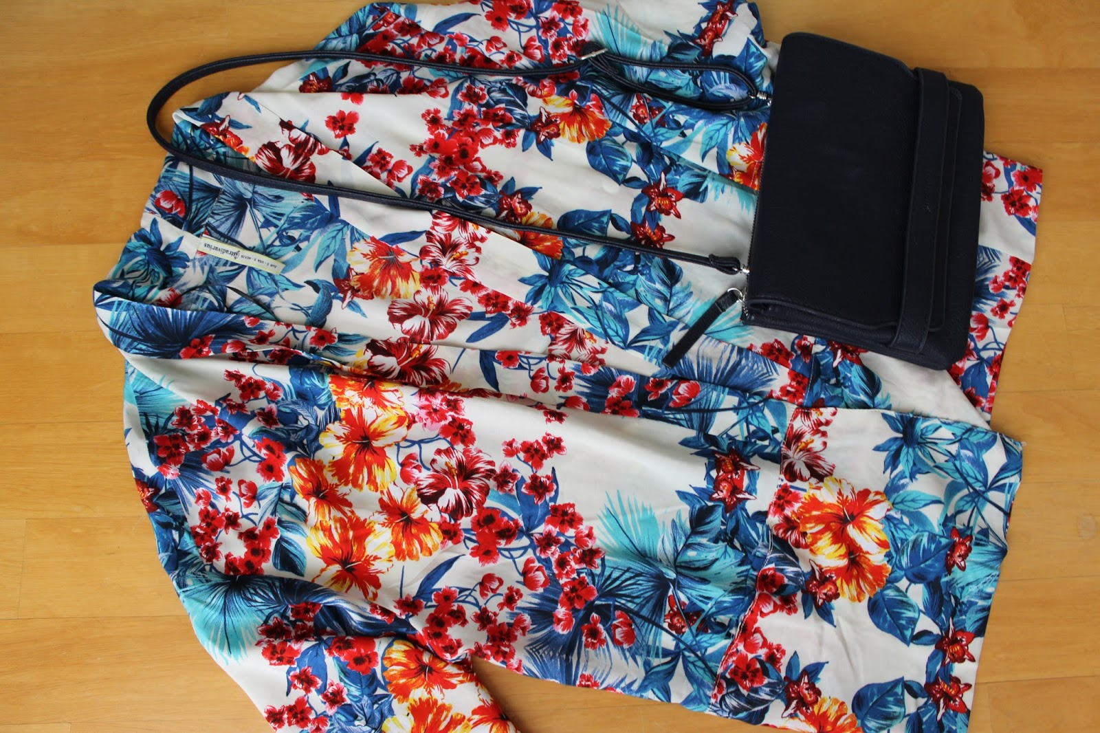 New in Shopping Stradivarius Kimono Flower Clutch crossbodybag