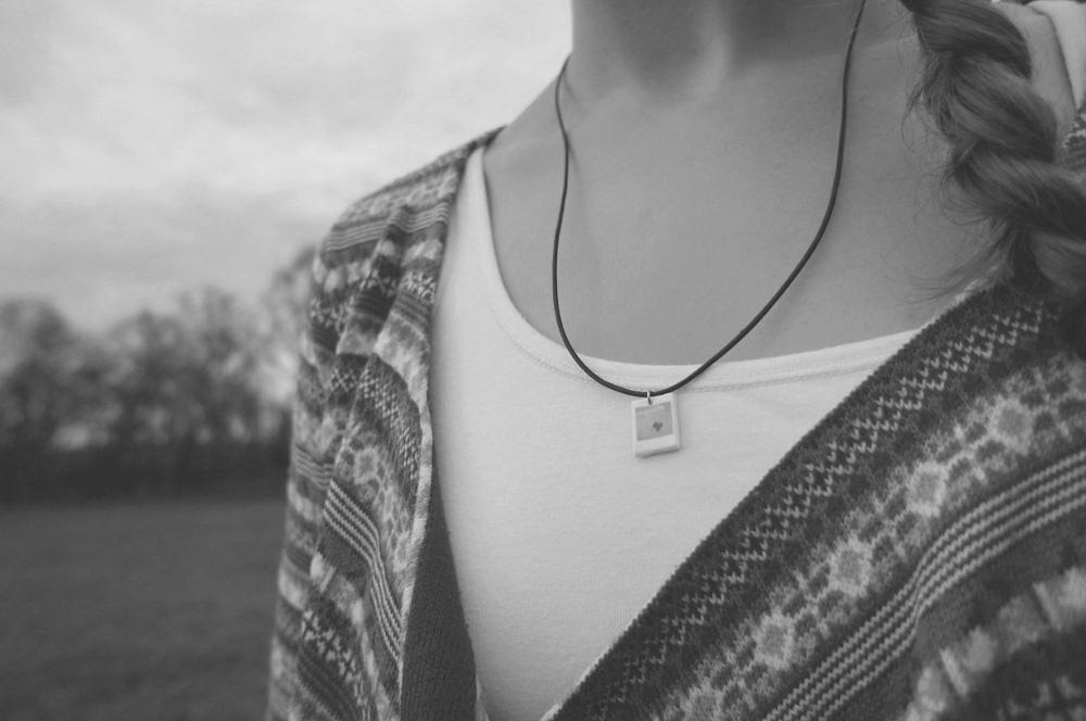 easy DIY polaroid necklace