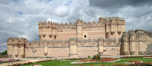 El castillo de Coca: como si por arriba de él flotase un super-castillo ideal
