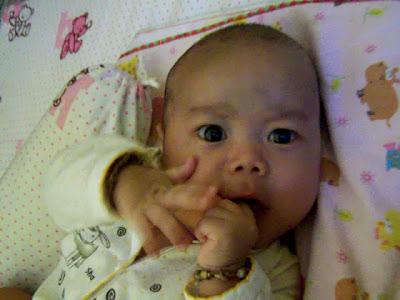 Aqil sedang menggigit jari