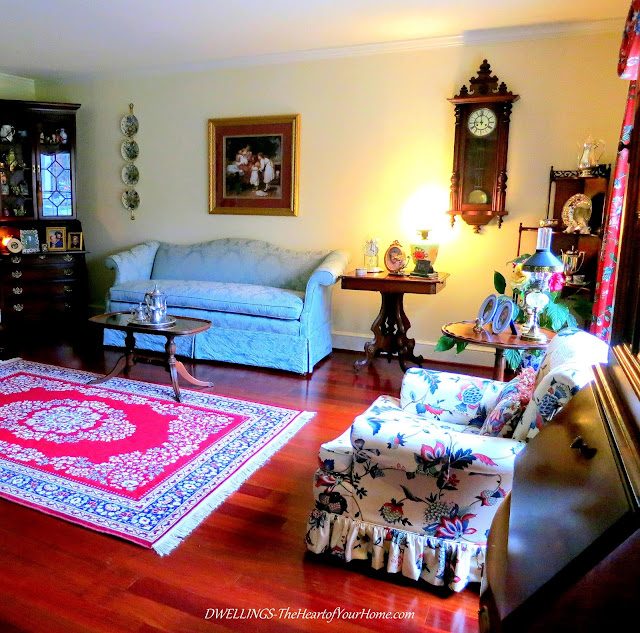 Damask fabrics and antiques in the Living Room
