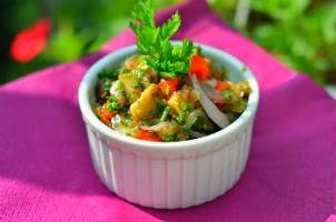 Салат к шашлыку из баклажан с помидорами
