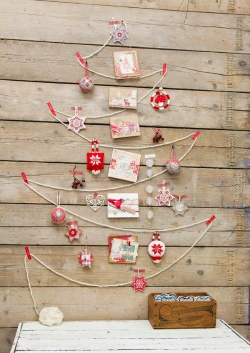 Arbol de Navidad mural con lana y adornos navideños