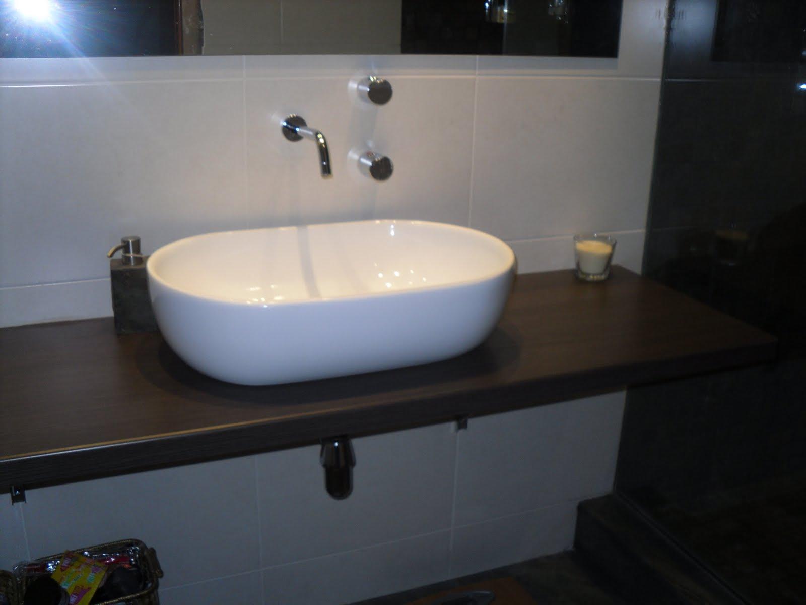 puse un lavamanos de superficie con la gritera tambin empotrada y una encimera de madera wenge todo el pavimento en pizarra negro de x with encimeras de