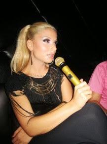 Цветелина Янева пее с микрофона на Джей Ло и Шакира