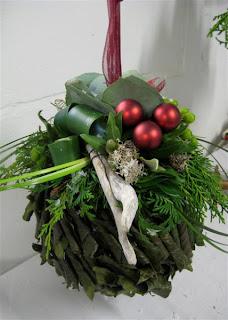 bloemstuk kerst kerstbal