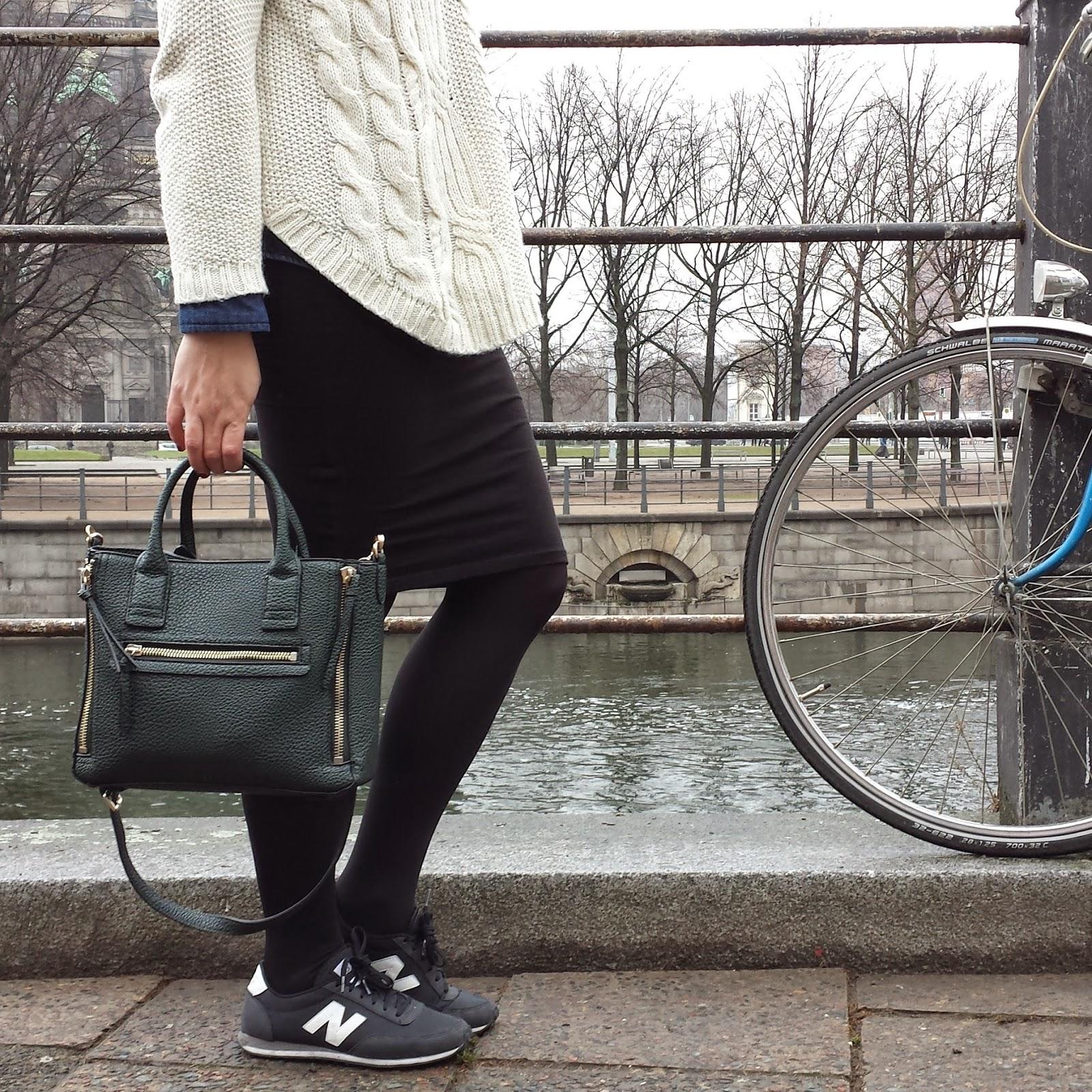 Un clásico invernal, jersey de ochos beige de Mango, falda midi negra de Stradivarius y zapatillas New Balance, ideal para pasear por Berlín