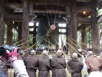 「除夜の鐘」の試し突きは、「えーい、ひとーつ」「そーれ」の掛け声と息を合わせ、撞木に結ばれた子綱を僧侶16人が一斉に引く。
