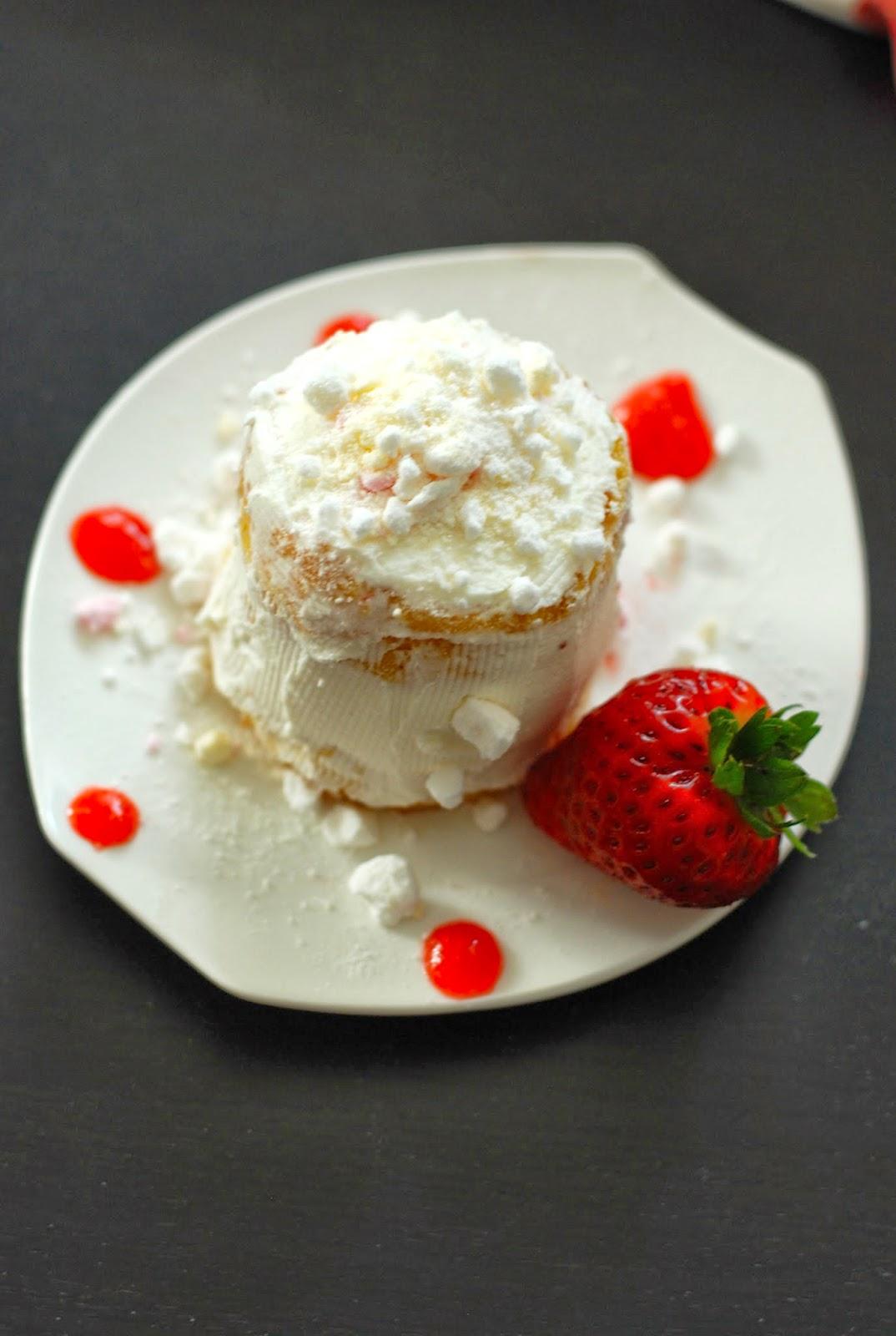 pan di spagna allo yogurt accompagnato da fragole, panna e meringhe