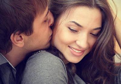 لماذا تحب وتنجذب النساء الى الرجل اللعوب - رجل يقبل يبوس يحتضن امرأة