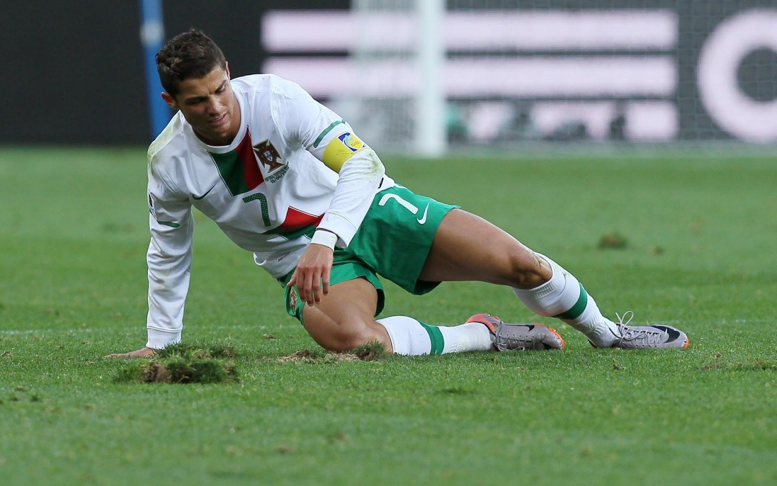 http://1.bp.blogspot.com/-f86ET4UwDIQ/TzNEePh-AvI/AAAAAAAAAwM/9O3fv7AJvkI/s1600/Ronaldo+playing+for+portugal+team.jpg