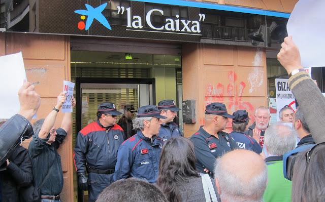 Barakaldo digital activistas ocupan una sucursal de la caixa en barakaldo en protesta por los - La caixa pisos en venta ...